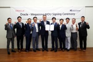 한국 오라클 탐 송 대표, 메가존 이주완 대표와 협약식 참석자들이 기념 사진을 촬영하고 있다