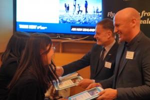 뉴질랜드미래장학금 수여식 왼쪽부터 필립 터너 뉴질랜드 대사, 벤 버로우스 뉴질랜드교육진흥청 동아시아국장