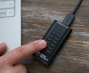 Hawk S-Drive는 컴팩트한 장치로 USB 3.1 1세대와 무게가 42g에 불과한 경량 알루미늄 케이스로 구성되었다