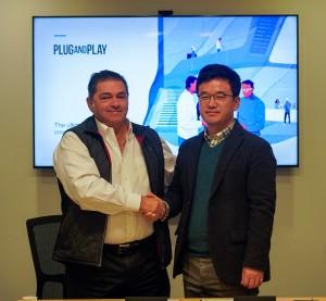 왼쪽부터 플러그 앤 플레이 CEO인 사이드 아미디와 한화시스템 정해진 디지털혁신랩장이 전략적 파트너십을 체결하고 기념촬영을 하고 있다