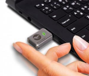 새로운 캉구루 디펜더 바이오 엘리트 30 지문인식 하드웨어 암호화 플래시 드라이브는 OS에 구애받지 않으며 원격관리가 가능하고 손쉬운 지문 액세스로 동급 최고의 암호화를 제공한다