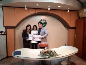 왼쪽부터 인천연성초 신문희 교장, 학생대표, 한국청소년인천연맹 남기종 총장