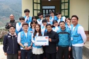 푸르덴셜생명의 푸르케어즈 해외봉사단이 15일 베트남 중짜이 중학교 도서관 준공식 후 학교 관계자들과 함께 기념촬영을 하고 있다