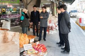 한국농수산대학 허태웅 총장과 교직원들이 설 명절에 앞서 전통시장을 방문했다