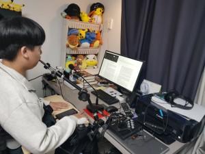 지원 받은 립스틱 마우스(입술의 움직임과 터치로 컴퓨터를 사용할 수 있는 대체 마우스)를 시연해보는 이한결 학생