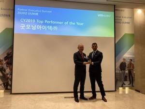 왼쪽부터 굿모닝아이텍 이주찬 대표가 산제이 데시무크(Sanjay Deshmukh) VMware 한국, 싱가포르, 아세안 지역 총괄 사장으로부터 2019년도 최고 실적 파트너상을 수상하고 있다