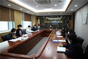 김포대학교 관계자 및 김포시청 교육지원과 담당 공무원들이 코로나19 감염 예방 및 외국인 유학생 관리를 위한 대책회의를 진행하고 있다