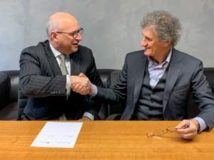 어센드 머티리얼즈 CEO 필 맥디비트와 도타비오 그룹 사장 지안카를로 도타비오가 폴리블렌드와 에세티 플라스트 GD의 매수 계약서에 서명했다