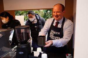 친환경 커피 부스에서 직원들에게 커피를 서빙 중인 주한영국대사관 국제통상부 마이크 웰치 참사관