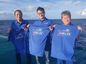 가운데 동원산업 주빌리호 김민호 선장과 선원들이 플라스틱 저감화 3개년 계획의 슬로건 No! Plastic! Yes! Blue Ocean!이 적힌 티셔츠를 들고 기념촬영을 하고 있다