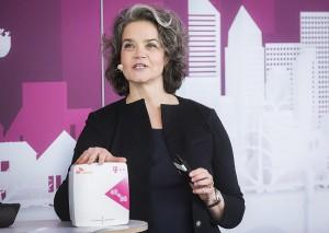 클라우디아 네맛 도이치텔레콤 이사회 기술혁신 담당 임원이 독일 본에서 열린 기자간담회에서 5G RF중계기를 소개하고 있다