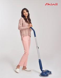 신일 '듀얼 물걸레 무선 청소기'를 선보이고 있는 홍보모델 한고은