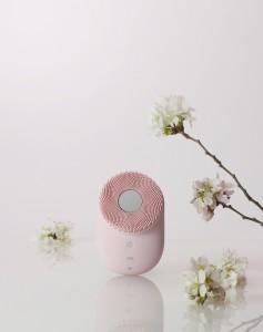 LG전자가 블라썸 핑크 입은 LG 프라엘 초음파 클렌저를 출시했다