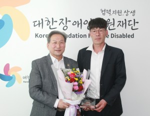 왼쪽부터 오명근 경기도의원과 박우철 회장이 기념 사진 촬영을 하고 있다