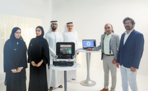 (왼쪽부터) 프로젝트 실무팀 아리얌 아흐메드와 라티파 알세이아리, 압둘라 라시디 연구소 프로젝트 디렉터. IHC 이사회 나데르 알 하마디 이사, 프라모드 쿠마르 수석의와 모하마드 피로즈 칸 박사