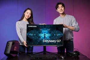 삼성전자 모델이 업계 최초 1000R 곡률을 적용한 커브드 게이밍 모니터 오디세이 G7 32형을 소개하고 있다