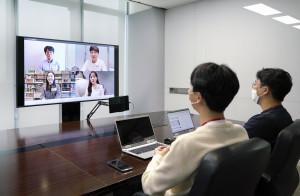 SK텔레콤이 자체 개발한 그룹 영상통화 솔루션을 활용해 Full HD 급 화질로 그룹면접을 진행하고 있다