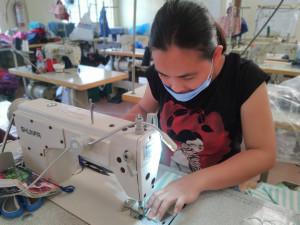 필리핀 사회적기업 익팅 봉제센터에서 코로나19 대응 마스크를 생산하고 있다