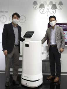 김성기 GS리테일 상무와 정원진 LG전자 상무가 로봇을 통해 배송하는 서비스 론칭 위해 협약을 체결하고 기념촬영을 하고 있다