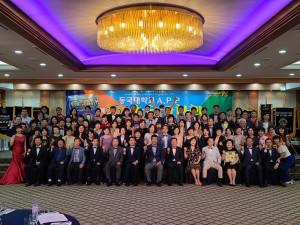 동국대학교 APP23기 수료만찬회에서 단체 기념사진 촬영이 이뤄지고 있다