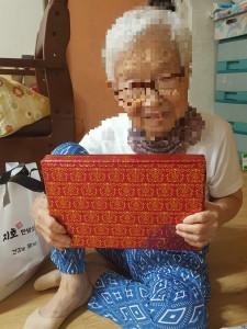 삼전종합사회복지관이 생일을 맞은 독거 어르신 댁을 찾아 선물을 전달했다