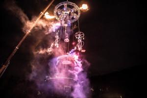 '서커스 캬바레'가 펼쳐지는 매일 오후 8시에는 라이브 밴드의 연주에 맞춰 건물 5층 높이의 15m 상공에서 화려한 불꽃과 로프 퍼포먼스를 선보이는 'SKY 밴드'(단체명: 프로젝트 날다, 예술불꽃 화(花,火)랑)의 공연이 밤하늘을 수놓는다. 'SKY 밴드' 공연을 위해 특별히 제작한 무대를 대형 크레인에 매달아 문화비축기지 어디에서든 볼 수 있게 했다