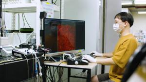 서울대학교 박혜윤 교수 연구팀의 연구원이 살아있는 뇌 안에서의 기억흔적 영상화 연구를 하고 있다
