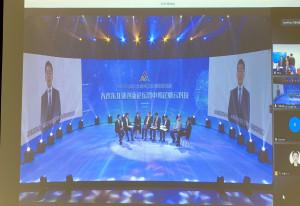 중국 대련방송 스튜디오에서 아이도트 정재훈 대표가 영상 IR을 진행 중이다