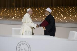 자이드 인간형제애상 첫 수상자인 로마 가톨릭 수장 성 프란치스코 교황과 이슬람 수니파의 최고 지도자인 아흐메드 알 타예브 대이맘이 아랍에미리트 수도 아부다비에서 '인간형제애 문서'에 서명하고 있다