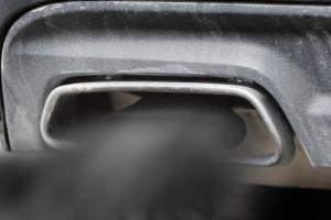 '백연'이라 부르는 흰색 매연은 일정량 이상 오일이 연소실로 유입돼 연소가 되거나 엔진을 밀봉하는 실이 마모됐을 때 발생하며, 검은색 매연은 불완전 연소로 엔진에 이상이 있음을 뜻한다. 사진은 검은색 매연
