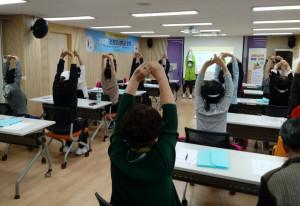 양천구 보건소에서 건강도시학교 밸런스워킹PT 운동을 진행하고 있다