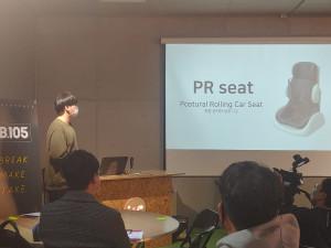 창업동아리 조장 정순영이 개발된 장애인 탑승 보조기구를 설명하고 있다