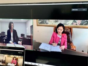 비대면 양 사 서명, 왼쪽부터 박새롬 대표, 禹银霞 대표