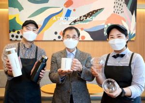 투썸플레이스 이영상 대표와 직원들이 플라스틱 줄이기 캠페인 '고고챌린지'에 참여했다