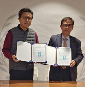 왼쪽부터 하이패밀리 송길원 이사장과 하늘문화원 김동원 대표가 MOU 체결 후 기념 촬영을 하고 있다