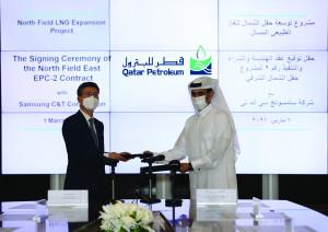 왼쪽부터 삼성물산 오세철 사장과 사드 빈 셰리다 알카비 카타르 국영 석유회사 회장이 노스필드 가스전 확장공사 패키지2 LOA에 서명하고 있다
