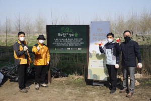 이브자리가 서울 강서 한강공원 일대에서 진행한 한강 탄소상쇄숲 조성 캠페인에 이브자리 신용준 부회장(왼쪽부터 두 번째) 등이 참석해 기념 촬영을 하고 있다
