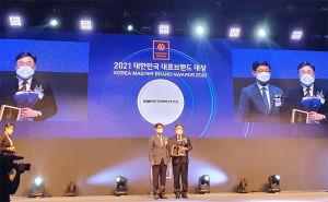 왼쪽부터 두 번째 KMI한국의학연구소 이규호 전무이사가 2021 대한민국 대표브랜드 대상 시상식에서 건강검진센터 부문 대상을 수상하고 있다