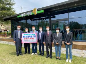 WK뉴딜국민그룹이 순천시사회복지협의회를 찾아 코로나19 극복을 위한 마스크 20만매를 전달하고 있다