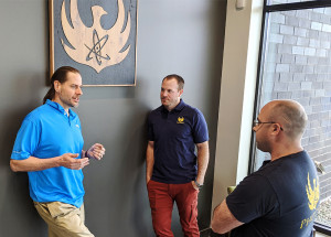 그레그 파이퍼 샤인 최고경영자(왼쪽)가 에반 셍부쉬 피닉스 사업부 총괄과 로스 라델 최고기술책임자 겸 최고운영책임자와 위스콘신에 소재한 피닉스 본사에서 대화를 나누고 있다