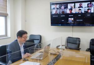 윤황 충남연구원장이 포스트 코로나 시대의 전망을 주제로 한 온라인 세미나에서 인사말을 전달하고 있다