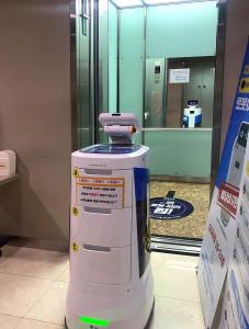 GS25의 배달 로봇이 배달 업무를 완료하고 엘레베이터를 스스로 호출한 후 탑승하고 있다
