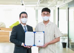 왼쪽부터 브로드밴드시큐리티 박재범 대표와 아임포트 장지윤 대표가 기념 촬영을 하고 있다
