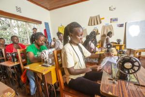 RefuSHE의 수업을 듣고 있는 난민 소녀들