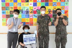 380안보지원부대가 성남시 한마음복지관에 온누리상품권을 전달했다
