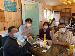 부여군사회적경제지원센터 노재정 센터장(왼쪽 두번째)이 부여 실패 박람회 '호혜 테이블' 프로그램에서 참여자들과 함께 화이팅을 외치고 있다