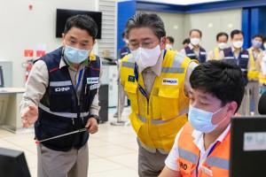 정승일 한전 사장이 UAE 바라카 원전을 방문해 건설 현황을 점검하고 있다