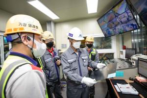 동국제강 장세욱 부회장이 S1CCL에서 생산한 컬러강판을 보고 있다