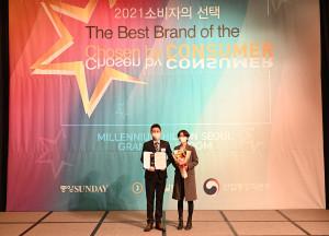 한영빈 엠피스트 대표가 심리상담교육 부문 대상을 수상하고 기념촬영을 하고 있다