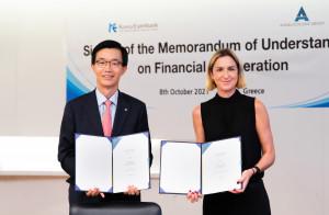 왼쪽부터 방문규 수은 행장이 회장 마리아 안젤리쿠시스(Maria Angelicoussis)와 금융 협약서에 서명한 후 기념 촬영을 하고 있다